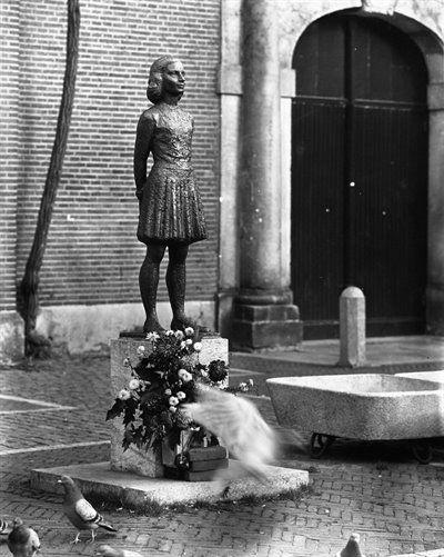 Beeldje van Anne Frank op het Janskerkhof te Utrecht. Het beeldje van de kunstenaar Pieter d'Hont (1917-1997) bij de westelijke ingang van de Janskerk is geplaatst 12 april 1960. Pieter d'Hont was de officieuze stadsbeeldhouwer van Utrecht. De meeste bekendheid verwierf hij met het beeldje Edison, dat ieder jaar wordt uitgereikt tijdens de Edison Music Awards (vroeger bekend als het Grand Gala du Disque).