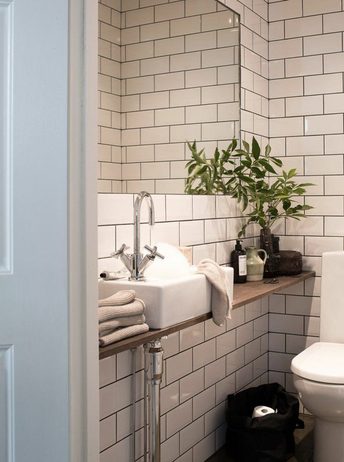 salle de bain avec carrelage blanc, plante verte, salle de bain rétro, miroir dans la salle de bains modernes