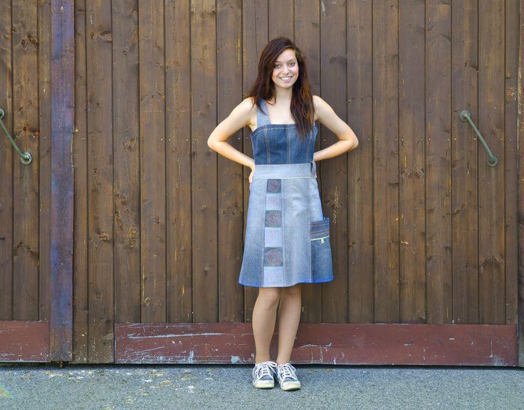 Denim Recy šatovka Originální šatovka vlastního návrhu z kolekce DENIM s využitím různých odstínů modrého denimu, poskládaná technikou patchworku a zdobená prošíváním v jarně zelené a fialové barvě. Vzadu zapínaní na výrazný kostěný zip modré barvy. K šatům se báječně hodí náušnice ze série Gombinebo jemůžete sladit s keramickýmináušnicemiz ...