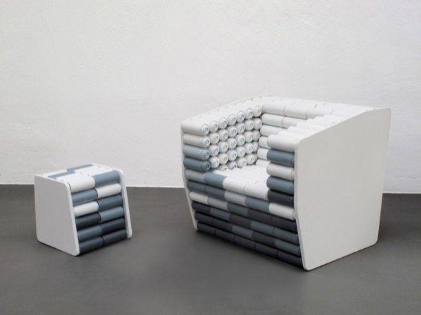 Diseños a partir del reciclado de latas de aerosol. Traemos unos estupendos ejemplos de diseños contemporáneos conseguidos del reciclado de latas vacías de aerosoles: unas lámparas, un sillón, y un taburete. Liberando estas latas de su parte inferior, se han podido utilizar como tubo para alojar una bombilla, mientras que el sillón y el taburete se han completado utilizando la lata como módulo compositivo.  #Iluminación, #Muebles, #Sostenibilidad