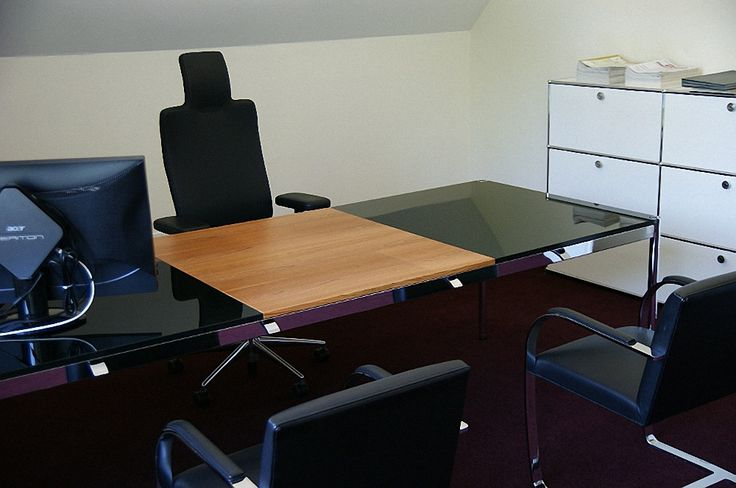 USM Haller Schreibtisch 2000x1000 mm 3-teilige Platte. Hinterlackiertes Glas und mittig mit Holzeinlage