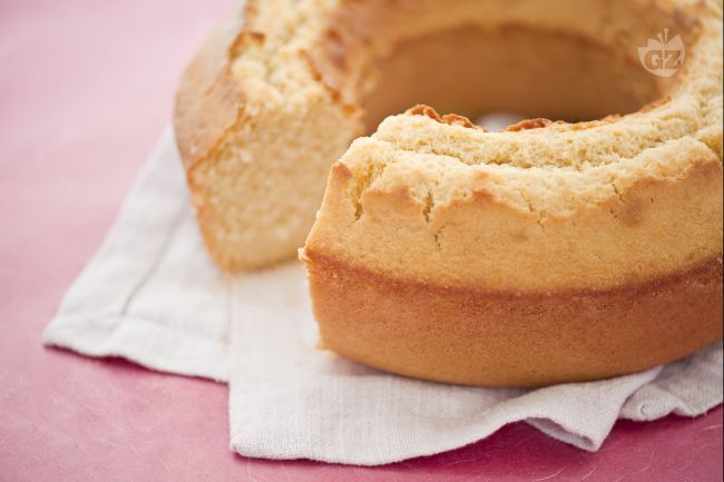 La ciambella è un dolce sofficissimo e semplice, adatto per la prima colazione o la merenda, da gustare al naturale o con un velo di marmellata o di Nutella.