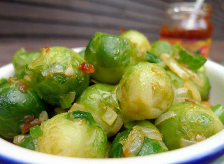 Heb je nog nooit spruitjes met sambal gegeten? Wat mij betreft is dit een must-try voor liefhebbers en haters van spruitjes! | http://degezondekok.nl