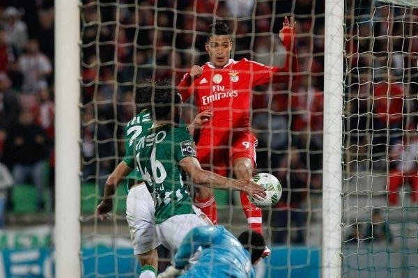 El momento del gol de cabeza de Raúl Jiménez. (Foto: Twitter @SLBenfica)