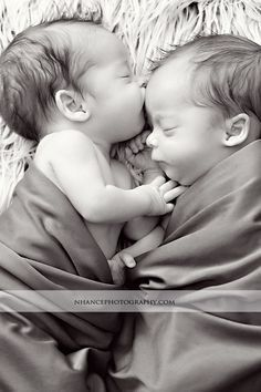 Vous cherchez une source d'inspiration pour prendre de belles photos de vos jumeaux …   – Newborn Shooting