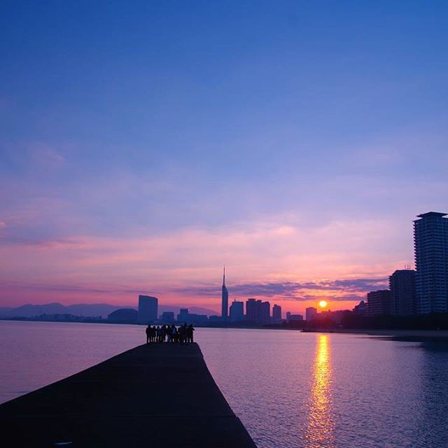 【mr.ick】さんのInstagramをピンしています。 《2017。 #pentax#ks1#一眼レフ#カメラ#camera#写真#photo#photoshoot#picture#日の出#sunrise#空#sky#海#sea#反射#reflection#福岡タワー#fukuokapics#東京カメラ部 #japan_daytime_view》