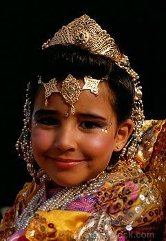 #moroccanparty Moroccan Girl in traditional wear (4107-15602 / 42-15294846 © Belinda Images)
