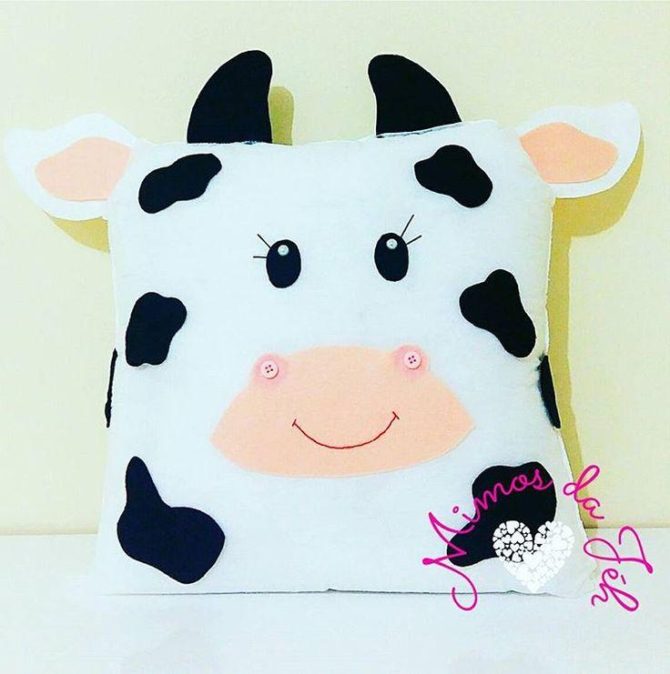"""E quando sua cliente pede uma almofada para presentear carinhosamente sua amiga """"vaca""""   A gente fazzzzz   #amigavaca #vaquinhadefeltro #almofadavaquinha  #vaca #vaquinha #feltro #felt #amoraosdetalhes #mimosemfeltro   #mimosdajeh"""