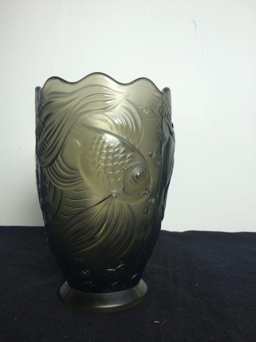 Josef Inwald 'Barolac' gesatineerde Art Deco vaas.  Deze persglas kristallen vaas met een prachtig decor van vissen, die in reliëf zijn aangebracht, heeft een prachtig driedimensionaal effect.   De glazen vaas heeft geen breuken of chips, hij laat her en der zeer lichte gebruikssporen zien. De vaas is ongesigneerd.  Afmetingen: Hoogte: 19 cm Diameter op dikste punt: 12,5 cm  De vaas wordt zorgvuldig verpakt en aangetekend verstuurd met Track&Trace. De foto's maken onderdeel uit van de…