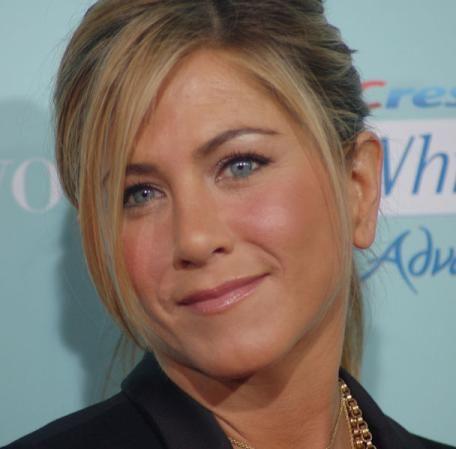 Jennifer Aniston : subtle eye liner for fair coloring