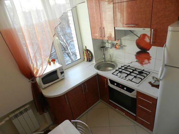 Угловая планировка 6 метровой  кухни с маленьким обеденным столиком