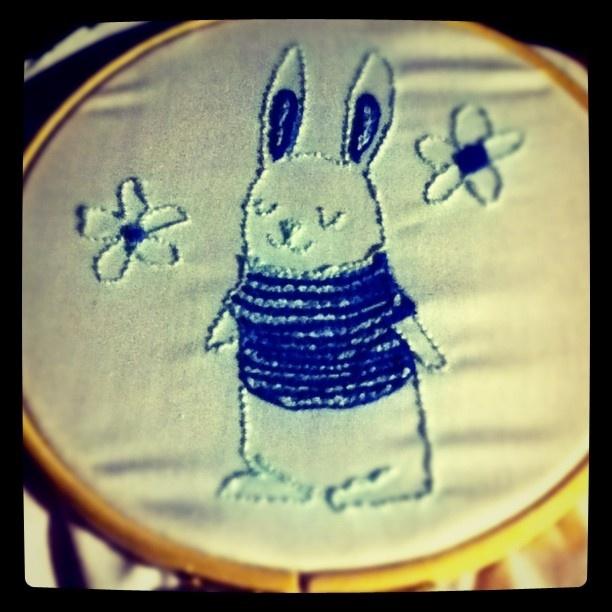 un conejito con jersey y dos flores, me encanta hacer bordado ruso! :)