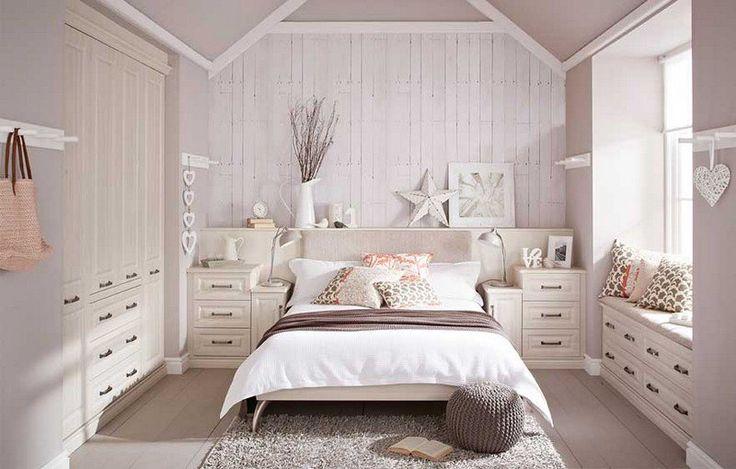 déco chambre romantique en blanc et rose pâle, dressing encastré en bois blanchi et tapis shaggy gris