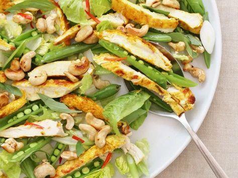 Meng de kurkuma, chili, gember, limoenrasp en een beetje zout in een schaal. __Voeg de kippenborst toe en wrijf de kruiden in de kip en zorg dat ze helemaal bedekt zijn met kruiden.__Verhit een grillpan en leg na 1 minuut de kip in de pan.__Grill 3 minuten aan de ene kant en 6 minuten (of tot de kip gaar is) aan de andere kant op een iets lagere te