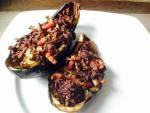 Bereidingswijze: Hol de aubergines uit en snij het vruchtvlees klein. Half uitje erbij, wat rundergehakt, wat uitgebakken spekjes en kruiden (peper, zout en oregano in dit geval). Bereidingstijd: 8 min op 180 en dan 10 min op 165! Gerelateerd … Lees verder →