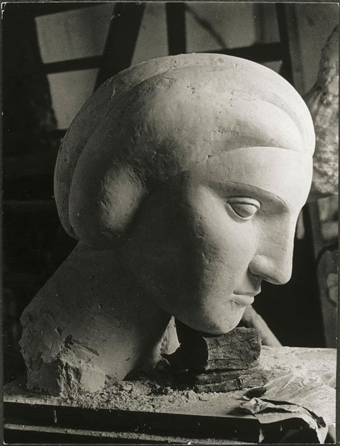 Brassaï, Woman's head (Marie-Thérèse) by Picasso, 1932 -  Photograph taken at Picasso's sculpture workshop in Boisgeloup. Réunion des musées nationaux