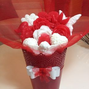 Sevgililer günü buketlerimiz hazırlanıyor :) Zafer Bey'in eşi için hazırladığımız mis kokulu sevgililer günü buketimiz.. Güzel günlerde kullansın.. #sabun #soap #sabunbazi #sabunkiti #silikonkalip #soapmold #sevgililergunu #kelebek #kalp #kus #cicek #arajman #melek #gul #ozelgun #dogum #dugun #nisan #kina #buket missqoqu
