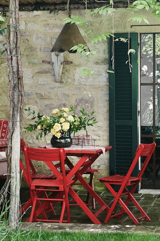Red outdoor dining with a country vibe - House of C | Interior blog