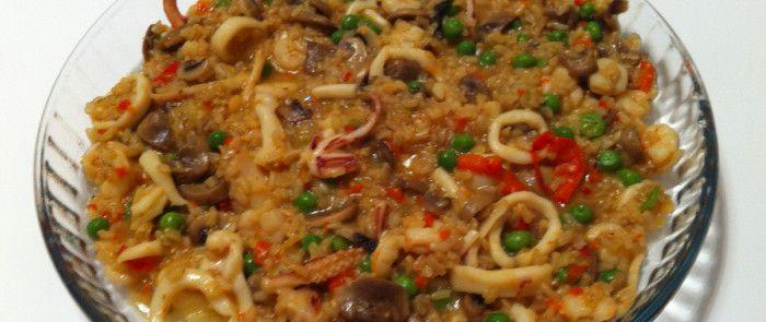Paella ricca di riso integrale con gamberetti e calamari
