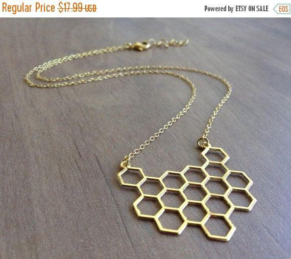 Minimalista geometrico dorato sopra collana in ottone a nido dape  Questa collana è caratterizzata da un ciondolo placcato oro semplice