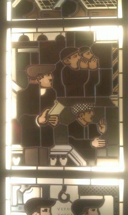 By Kamerlingh Onnes, voor het 100 jarige bestaan van het Nederlandse Algemeen Handelsblad. Serie die alle stappen uitbeeld in het kranten proces, van begin tot de verkoop! Museum de Lakenhal, Leiden, Machtige Glazen