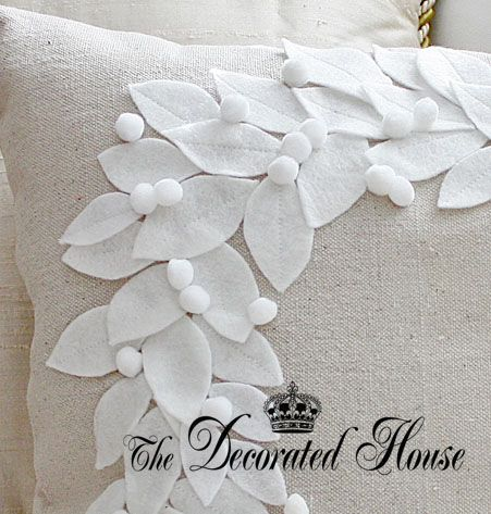 The+Decorated+House+Christmas+2011+2+Pottery+Barn+Knock-Off+Wreath+Pillow.jpg 451×473 pixeles