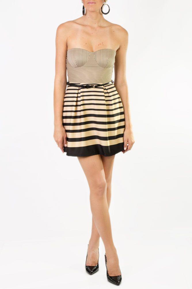 Vestido strapless rayado, corto que combina perfecto el negro y el dorado para que luzcas fabulosa en esa ocasión tan especial.
