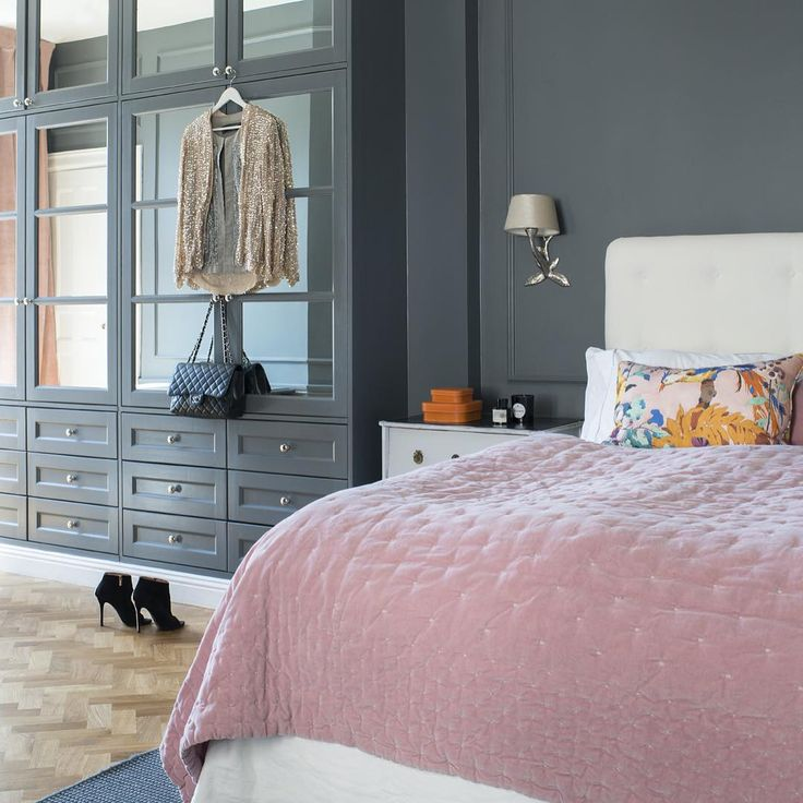 Grått + rosa = Diorlyx. Hotellkänsla i sovrummet, se hela hemmet i nya numret, ute nu! #sovrum #inredning #inspiration #skönahem #nyttnr