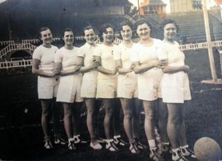Equip de #basquet femení UES .  L´anagrama de l´estrella pertany al Club esportiu Internacional anys 1930. totart.cat