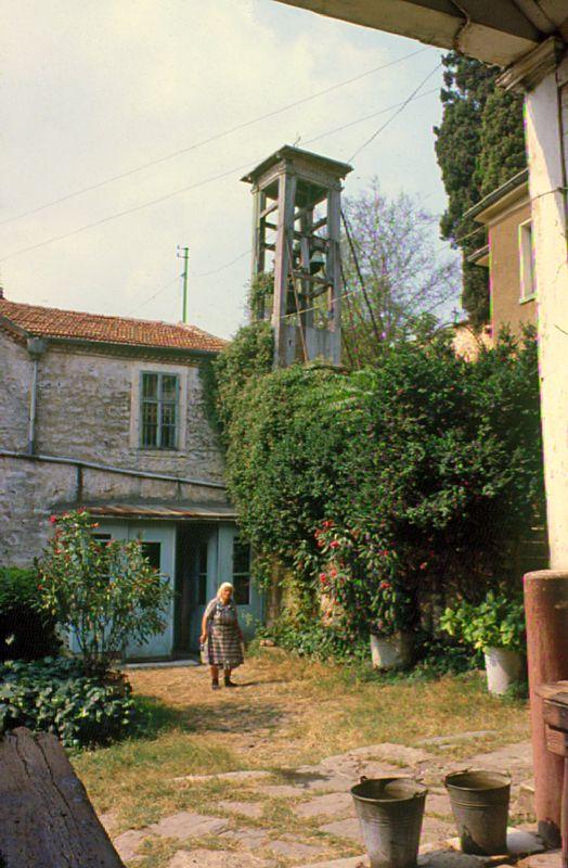 Heybeliada 1980 - Ay Yorgi kilisesi avlusu...