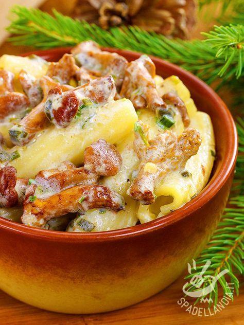 La Pasta al forno con funghi e fontina è un piatto di tradizione contadina e montanara. Potete arricchire la pietanza con della salsiccia.