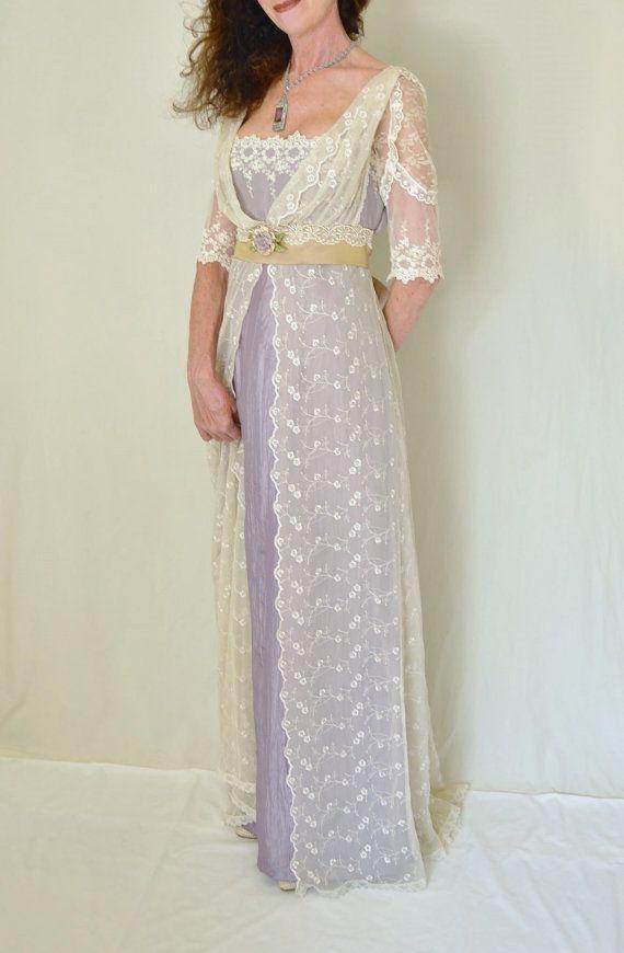 Se trata de una reproducción estelar de un antiguo Vestido de día de encaje estilo eduardiano. Y es un vestido de novia que todos recordarán mucho después de la boda es sobre. Pueden ser personalizada en cualquier tamaño.  El vestido es creado a partir de una variedad de encajes de malla bordado color marfil, que cubra tan suave y maravillosamente. La Faja de cintura imperio es impresionante tafetán iridiscente que brilla de oro pálido a Lila (no es color de rosa como las fotos pueden llevar…