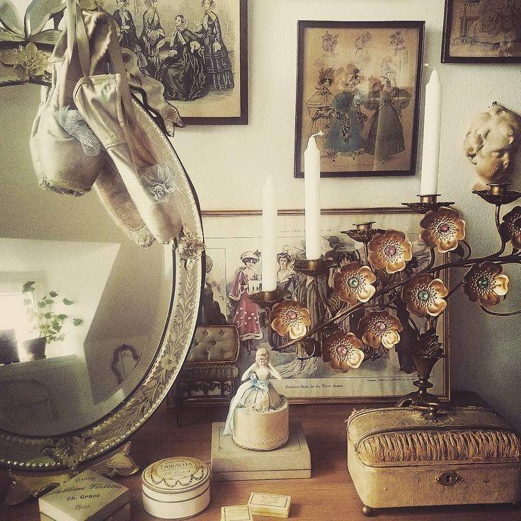 Godmorgen Goodmorning #balletsko #balletshoes #fabricbox #boxes #bordspejl #frenchmirror #kirkestage #chandelier #bedroom #soveværelse #fadedcharm #faded #patina #frenchnordic #fransklivsstil #frenchstuff #brocantefrench #vintage #frenchvintage #frenchliving #frenchstyle #frenchhome #interiør #interiors #decoration #details #inspiration #homedeco #mithjem #myhome by smedegaardjoan
