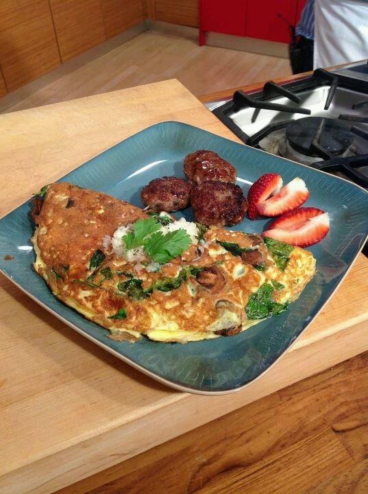 El Menú del Chef Piñeiro (receta)★ Tortilla de setas, espinaca y provologne con salchicha italiana -------------- 8 huevos 2 tazas de setas frescas rebanadas ½ libra de espinaca Queso provologne rallado a gusto ½ taza de leche 1 lb. de masitas de cerdo ¼ lb. de tocino en cuadritos 4 cucharadas de azúcar morena 2 cucharadas de cayenne pepper 2 cucharadas de red pepper flakes 1 cucharada de nuez moscada 2 cucharadas de romero, tomillo y salvia fresca a gusto Sal y pimienta a gusto…