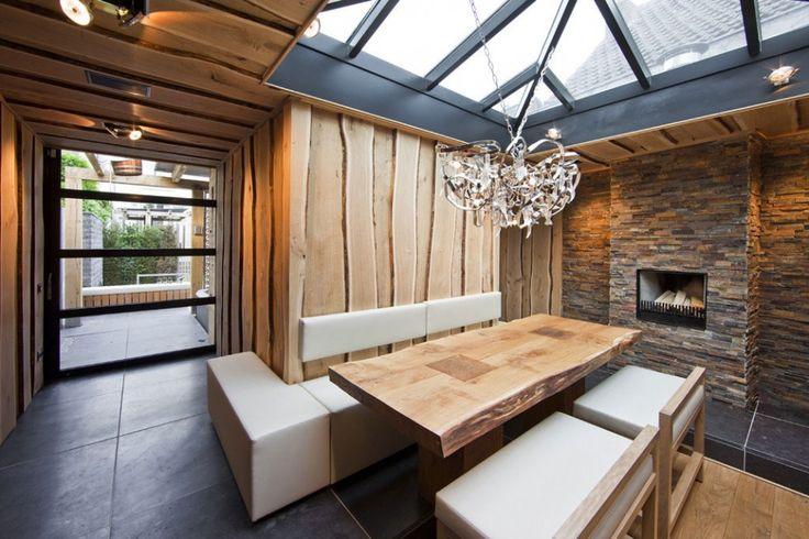Архитектура, современный Сельский Столовая с деревянными и каменными Wall Идеи дизайна Plus деревянный стол с белой кожей многоместного сиденья стеклянный потолок дизайн и кристально подвесной светильник: Потрясающие Главная оздоровительный Citygarden Дизайн Centric Design Group