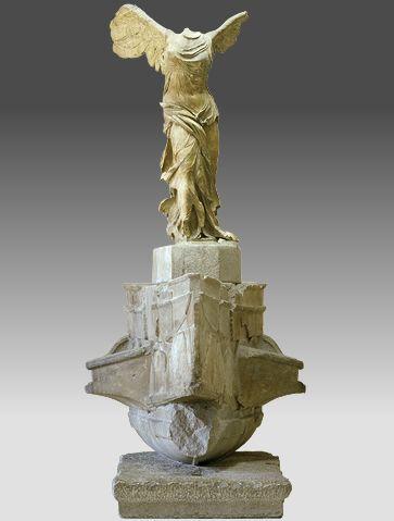 Socle en forme de navire de guerre grec et statue ailée représentant une Niké.
