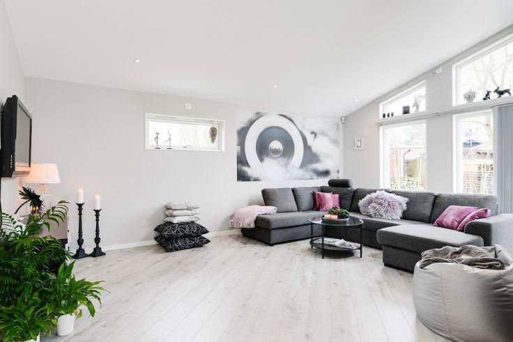 Vardagsrum i lugna toner och snygga fönster!