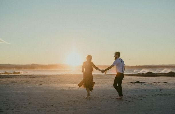 Couple dancing on the beach, engagement shoot» Twig + Fawn Photography