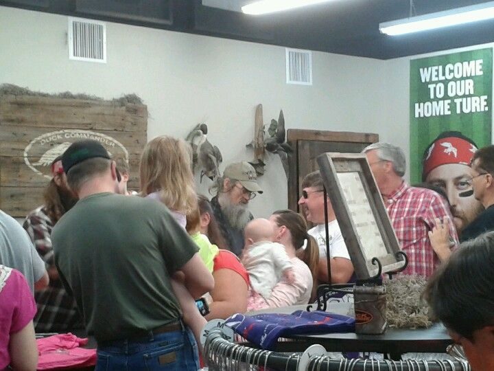 Si signing autographs at the Duck Commander store