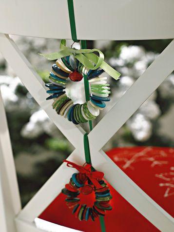 Decorazioni di Natale: fai da te piccole ghirlande di bottoni