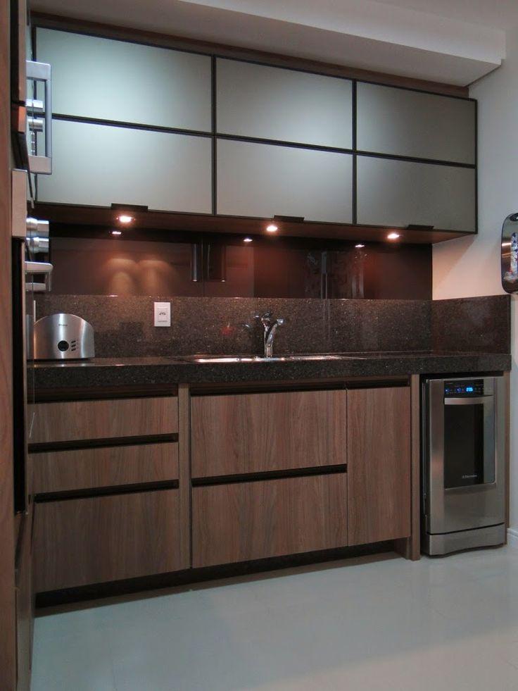 Cozinha marrom com vidro serigrafado acima do frontão da pia.