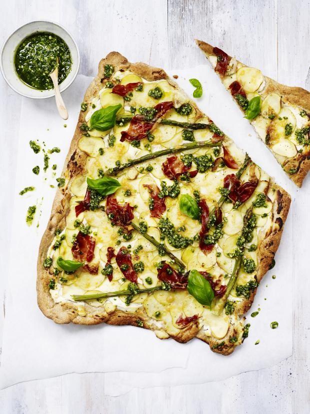 Pizza med poteter og grønne asparges