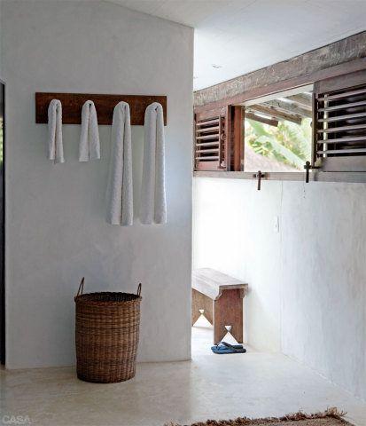 Grander aberturas deixam a casa sempre arejada. O piso de cimento queimado é da construção original da casa.