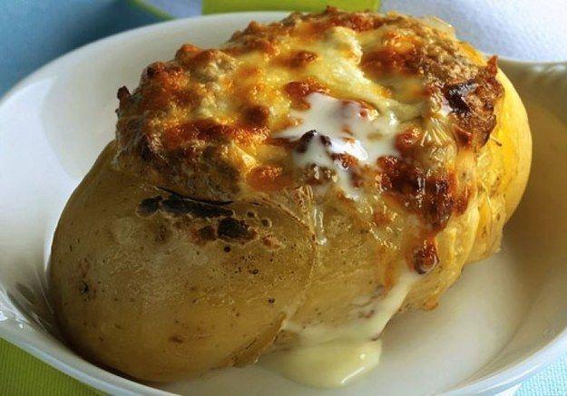 Batata assada recheada com carne moída. | 15 receitas com carne moída que merecem virar notícia