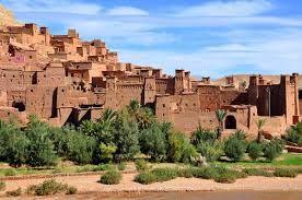 Ksar Ait Ben Haddou ist ein markantes Beispiel für die Süd-marokkanischer Architektur. Das Ksar ist ein im wesentlichen kollektive Gruppe von Wohnungen. Innerhalb der Stadtmauern von Ecktürmen verstärkt und durch eine Prall Torhäuser bohrt neu formieren - einige bescheidene, andere sehen aus wie kleine städtischen Burgen mit ihren hohen Türmen Ecke und oberen Teil verziert Muster in Ziegel - aber es gibt auch öffentlichen Gebäuden und Gebieten.http://www.kasbah-ait-ben-haddou.com/de/