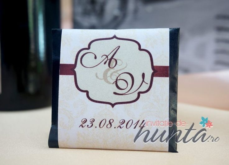 Marturie de nunta tableta de ciocolata, decorata cu o eticheta eleganta, cu model damask crem, banda maro si chenar. Eticheta se personalizeaza cu initialele  mirilor si data nuntii.