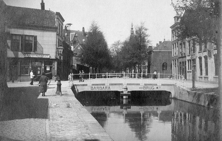 De (verdwenen) Barbarabrug Leiden, gezien vanaf het nu gedempte Levendaal.rond 1930.