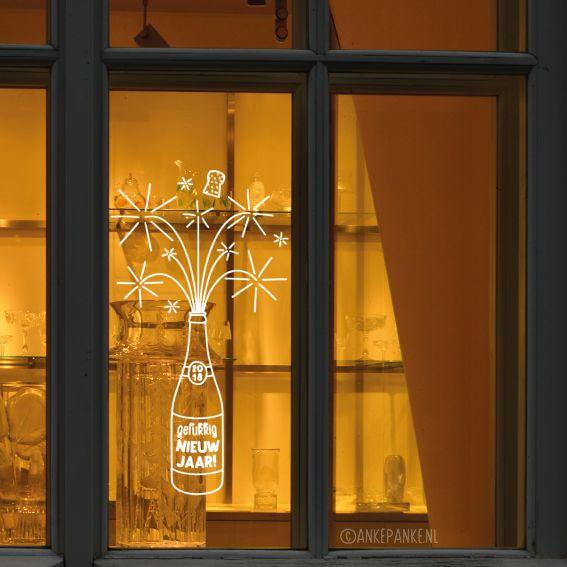 Hiep hoi, tijd voor een feestje! Decoreer je huis met deze leuke oudjaar avond raamtekening met vuurwerk champagne. Gelukkig nieuwjaar!