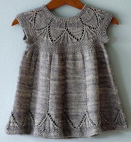 Вязанное спицами детское платье