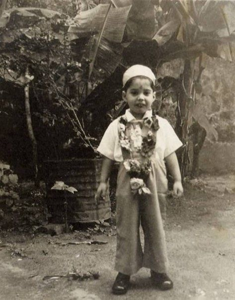Фредди Меркьюри на свой 4-й день рождения в молитвенной шапочке и с традиционным венком. 5 сентября 1950 год.  #мальчик #воспитание_детей #mycontriver #Фредди_Меркьюри